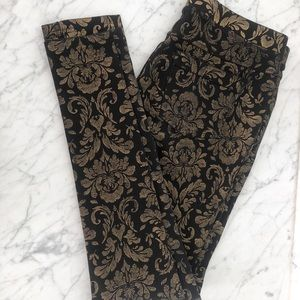 HUE holiday leggings with pockets